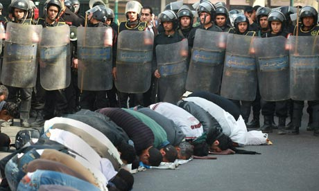 Egyptian Locals-pray-in-the-street01